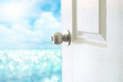 Apra la porta bianca alla vista del mare per ciao il concetto dell'estate Fotografia Stock Libera da Diritti