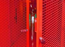 Apra la porta d'acciaio stridente rossa Immagine Stock Libera da Diritti