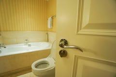 Apra la porta del bagno fotografie stock
