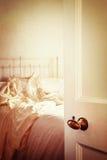 Apra la porta della camera da letto Immagini Stock Libere da Diritti