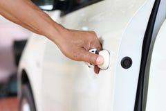 Apra la porta di automobile Immagini Stock
