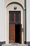 Apra la porta di legno d'annata immagini stock
