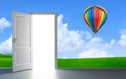 Apra la porta luminosa di fronte alla parete scura Fotografie Stock Libere da Diritti