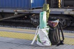 Apra la prospettiva sparata della borsa del viaggiatore alla stazione ferroviaria fotografie stock