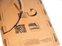 Apra la scatola della busta del cartone di Amazon su fondo bianco Fotografia Stock