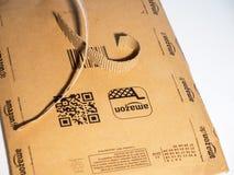 Apra la scatola della busta del cartone di Amazon su fondo bianco Fotografia Stock Libera da Diritti