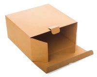 Apra la scatola di cartone isolata su bianco. Fotografie Stock
