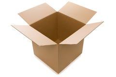 Apra la scatola di cartone sopra una priorità bassa bianca Fotografie Stock Libere da Diritti