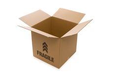 Apra la scatola di cartone sopra una priorità bassa bianca Fotografia Stock