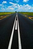 Apra la strada sotto un cielo africano blu brillante Immagini Stock Libere da Diritti