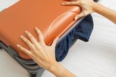 Apra la valigia sul letto fotografia stock immagine 58813862 - La valigia sul letto ...