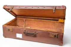 Apra la valigia d'annata su fondo bianco Fotografia Stock Libera da Diritti
