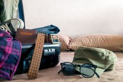 Apra la valigia sul letto immagine stock immagine 30846861 - La valigia sul letto ...