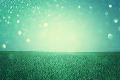 Apra la vista del campo con le luci defocused, o il fondo astratto con le luci di scintillio, effetto trattato trasversale di fant Fotografia Stock