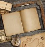 Apra la vista superiore del diario con la vecchie mappa e bussola del tesoro Fotografia Stock