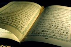 Apra le pagine del libro del koran santo Fotografia Stock