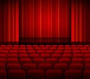 Apra le tende rosse del teatro con luce ed i sedili Fotografia Stock Libera da Diritti