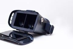 Apra lo smartphone del whith degli occhiali di protezione di realtà virtuale Fotografia Stock
