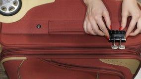 Apre la valigia Codice di Podbirat alla serratura stock footage
