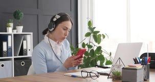 Apreciação executiva ao escutar e ao cantar a música no local de trabalho video estoque