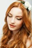 Apreciação. Retrato da mulher autêntica do cabelo do ouro com pele saudável limpa natural. Feminilidade Foto de Stock