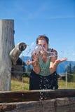 Apreciando a água fresca da montanha imagens de stock royalty free