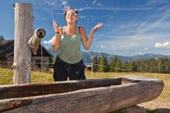 Apreciando a água fresca da montanha fotografia de stock