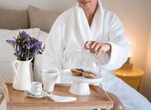 Apreciando algum café da manhã na cama imagens de stock royalty free