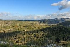 Apreciando as vistas sobre a montanha em um dia claro imagem de stock royalty free