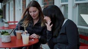 Apreciando bebidas em um café da rua vídeos de arquivo