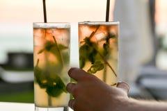 Apreciando cocktail no por do sol com sua esposa bonita, marido, fri Imagens de Stock