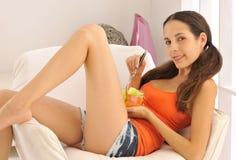 Apreciando a fruta saudável Fotografia de Stock