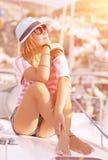 Apreciando a luz do por do sol no iate Foto de Stock