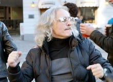 Apreciando a música bonita no 75th aniversário do festival de John Lennon em Riga Fotografia de Stock Royalty Free