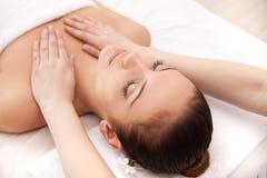 Apreciando a massagem em termas. fotografia de stock