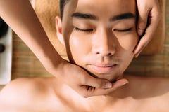 Apreciando a massagem facial imagem de stock