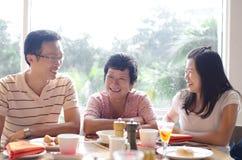 Apreciando o alimento no restaurante Imagem de Stock Royalty Free