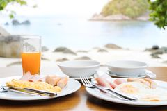 Apreciando o café da manhã perto do conceito tropical do verão do mar fotografia de stock