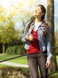 Apreciando o café e a luz solar da manhã Fotos de Stock Royalty Free