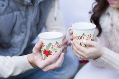 Apreciando o chocolate quente com amor durante os feriados imagens de stock
