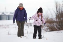 Apreciando o esqui através dos campos Fotos de Stock Royalty Free