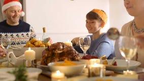 Apreciando o jantar de Natal video estoque