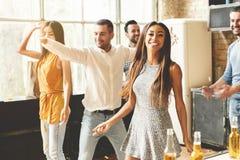 Apreciando o partido com melhores amigos Jovens alegres que dançam e que bebem ao apreciar o partido home na cozinha fotografia de stock royalty free