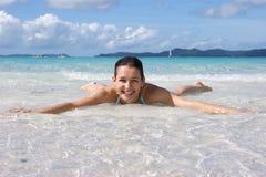 Apreciando o sol e a água Foto de Stock Royalty Free