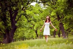 Apreciando o verão na floresta foto de stock royalty free