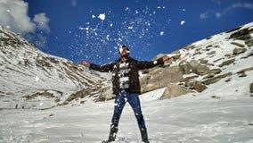 Apreciando os efeitos especiais do gelo que jogam as cartas brancas das quedas de neve das montanhas do masti do divertimento dos Fotos de Stock