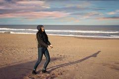 Apreciando a praia no inverno Imagens de Stock