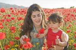 Apreciando um dia com flores Imagens de Stock Royalty Free