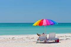 Apreciando um dia na praia Imagem de Stock Royalty Free