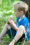 Apreciando um gelado Foto de Stock Royalty Free